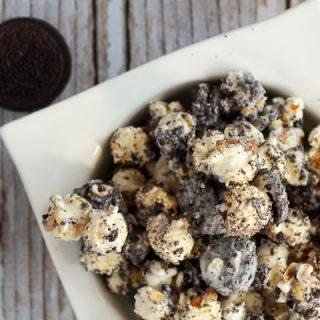 Close up of a bowl of oreo popcorn.