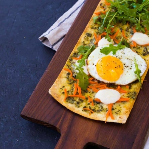 This pesto flatbread pizza is the perfect thing to get you out of your lunch rut. Ready in 15 minutes, it's a quick and easy way to have a flavorful and filling lunch.